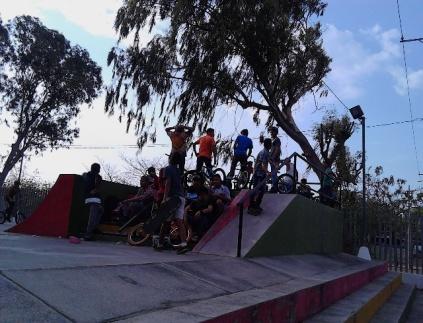 La Hormiga de Oro es un buen lugar muy popular entre los jóvenes donde practican deportes como skateboard y ciclismo. Un gran lugar para disfrutar en familia.