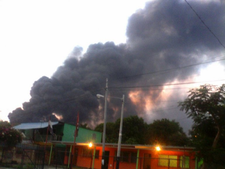 Tratan de controlar incendio en PuertoSandino