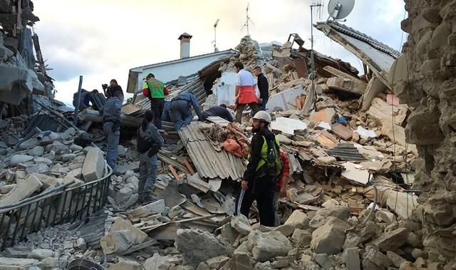 Italia tiembla, 120 muertos y decenas de heridos tras terremoto de 6.2grados