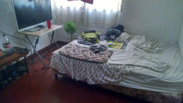 Uno de los cuartos desarreglados que dejaron personeros de Telcor y agentes policiales cuando allanaron por error la vivienda de la periodista Eloísa Zapata.