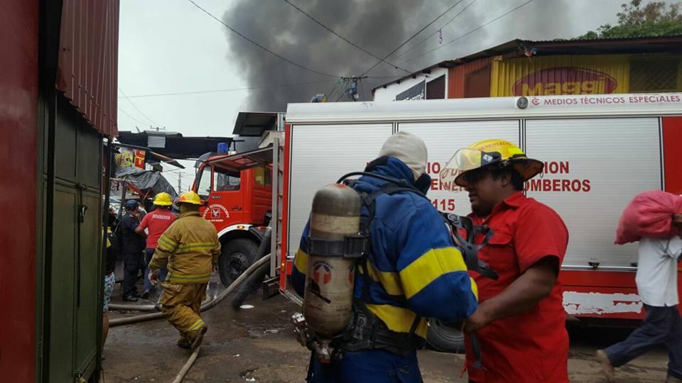 Bomberos y comerciantes luchan por apagar incendio en Mercado Oriental de Managua (Videos envivo)