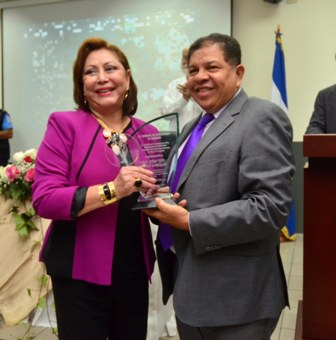 Dra. Alba Luz Ramos recibe reconocimiento por parte del magistrado Gerardo Rodríguez.. Foto CSJ.