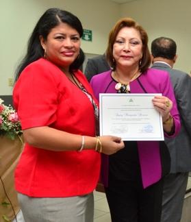 Margarita Pereira recibe de manos de la presidenta de la CSJ, Dra. Alba Luz Ramos, un reconocimiento. Foto CSJ