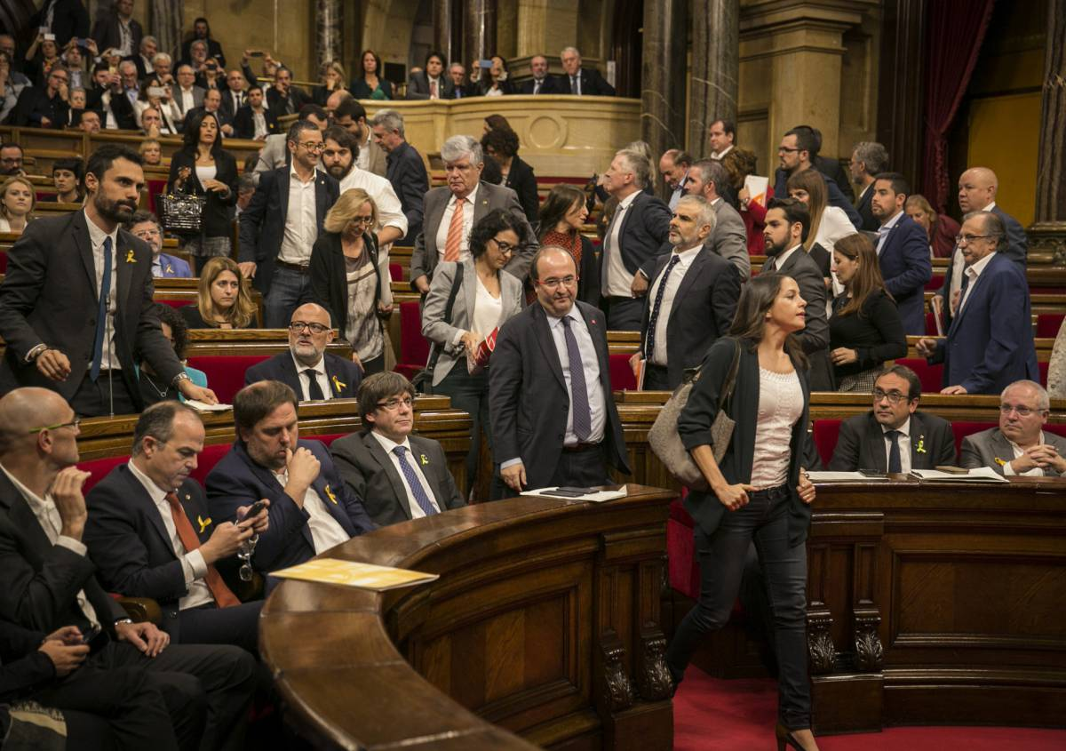 El Parlament aprueba la Independencia en Cataluña, Rajoy destituye al Gobierno catalán y convoca elecciones el 21 dediciembre