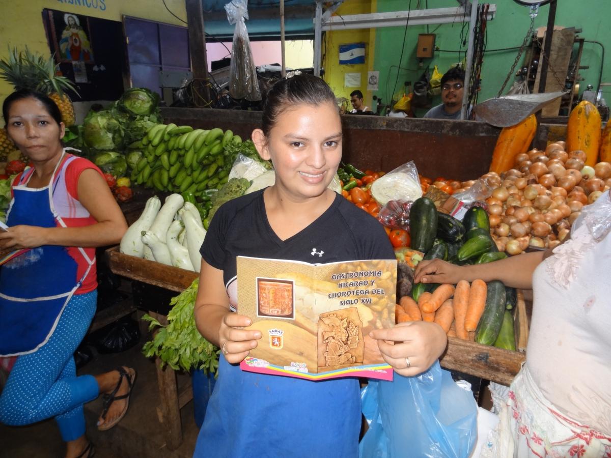 Comerciantes de los mercados reciben libros sobre gastronomíaindígena