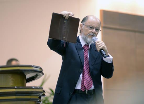 """Fundador de Iglesia Universal, Padre de Sufrir con presencia en Nicaragua dice que el coronavirus es """"un invento deSatanás"""""""